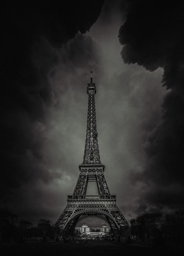 belle photographie de paris noir et blanc sous l'orage, la tour eiffel entourée de nuages menaçantes