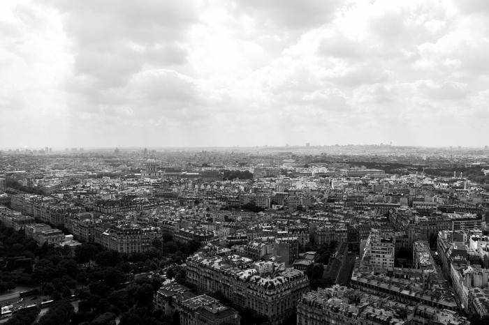 vue panoramique sur paris, belle photo de paris noir et blanc sous le ciel couvert de nuages, photographie de paysage urbain