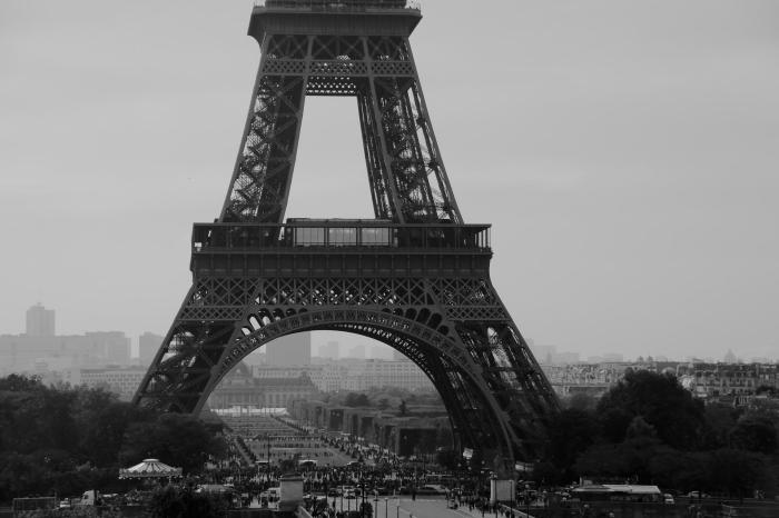 vue panoramique sur la tour eiffel sous le ciel gris de paris noir et blanc, paysage urbain monochrome empreinte de nostalgie