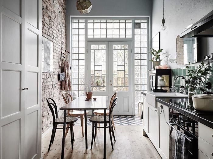 cuisine parquet chene massif, chaises rondes, table rectangulaire, mur en briques, cuisine en noir et blanc