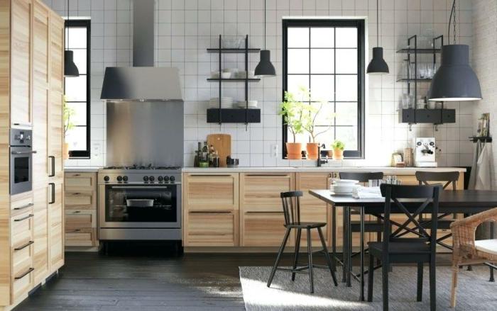 petite cuisine commode, table noire, grande suspension usine, carreaux carrés blancs, sol cuisine bois dur, placards bois clair
