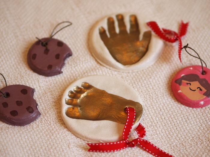 petits objets originaux en pate à sel peints avec empreinte pied et main et faux cookies avec ruban a suspendre au sapin