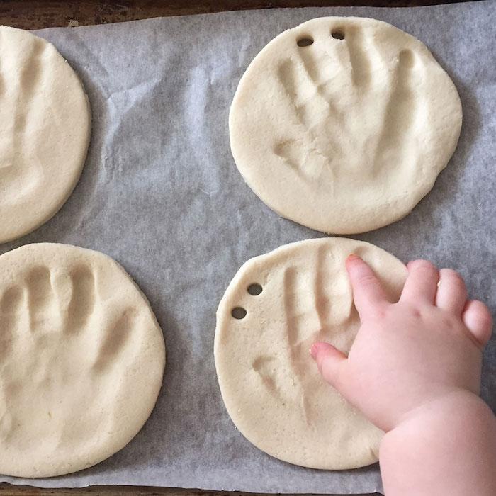 pate à sel avec empreintes de bebe pour immortaliser les petites mains et garder des souvenirs