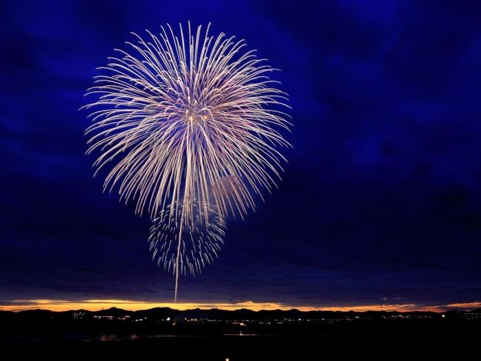 bonne et heureuse année 2019, photo célébration nouvel an avec feux d'artifice, fond d'écran nouvel an 2019