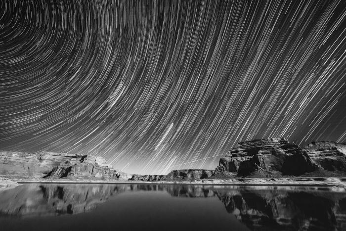 paysage noir et blanc d'une poésie impressionnante, photo des canyons d'arizona sous un ciel étoilé