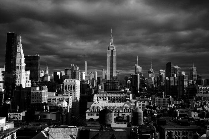 vue panoramique sur l'architecture moderne de la ville de new york, photographie monochrome de new york
