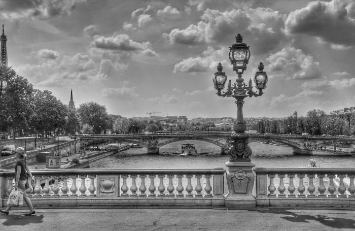 une photo nostalgique de paris noir et blanc avec vue sur les ponts sous le ciel parsemé de nuages