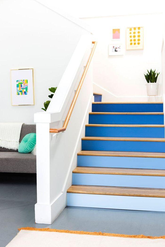 relooker un escalier en bois en réalisant un dégradé de bleus sur les contremarches, allant de la nuance la plus claire vers la plus foncée