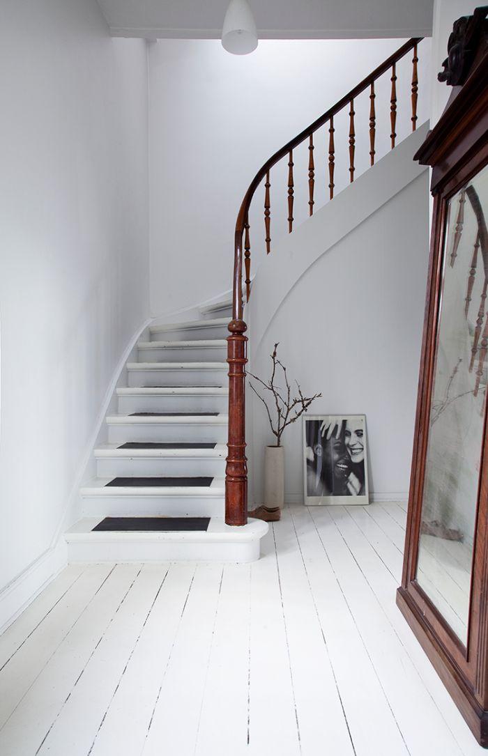 idée pour rénover un escalier en bois sans faire de gros travaux, escalier blanc aux accents noirs peints au milieu des marches qui s'accorde parfaitement avec l'ambiance scandinave monochrome dans l'entrée