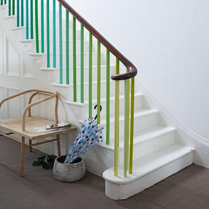 relooker un escalier en bois en peignant les barres du garde-corps en camaïeu de bleus et de verts qui sont en joli contraste avec les marches et les murs blancs