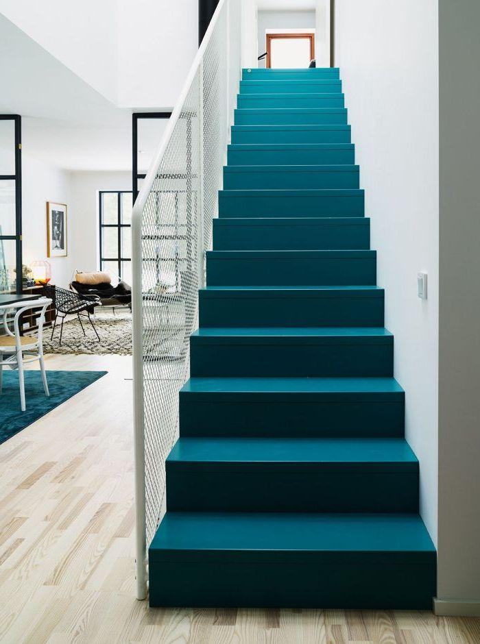 quelle couleur repeindre un escalier, escalier repeint intégralement en bleu sarcelle pour une touche d'élégance dans cet intérieur scandinave