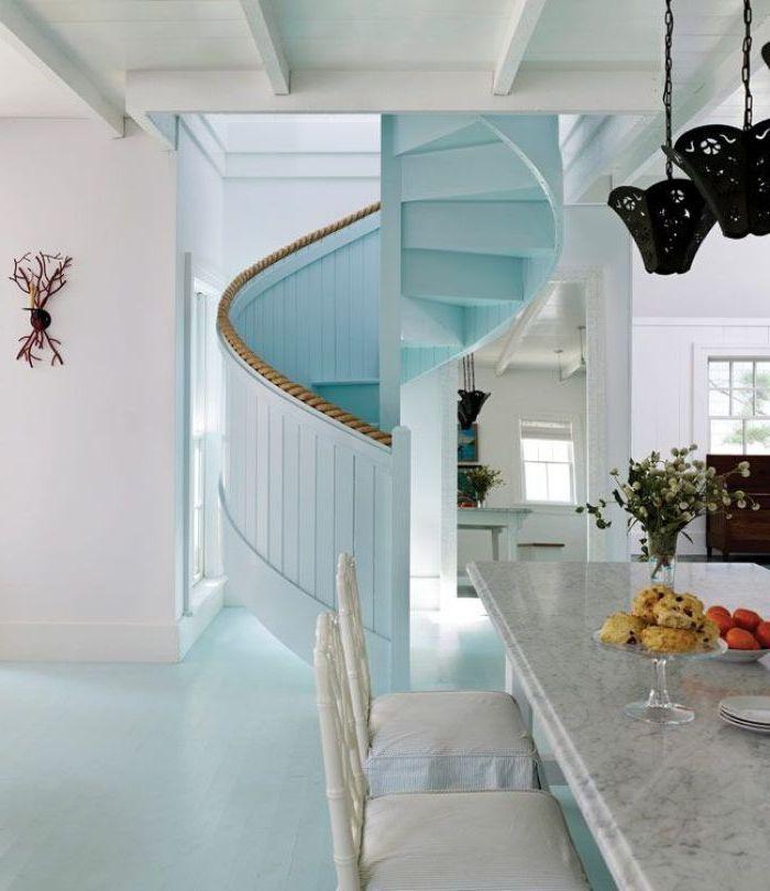 escalier en colimaçon peint tout en bleu ciel avec un garde-corps à bord imitant une corde pour une ambiance maison de mer, idée pour repeindre un escalier en bois
