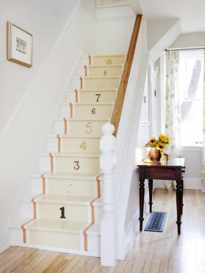 comment peindre un escalier de façon originale, des bandes de peinture orange et jaune pâle avec des chiffres au pochoir pour un effet de peinture tapis d'escalier