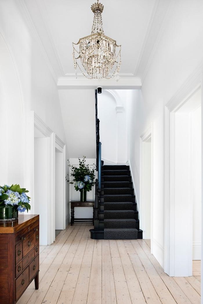 repeindre un escalier tout en noir, l'escalier noir se fait un véritable accent déco dans l'entrée blanc
