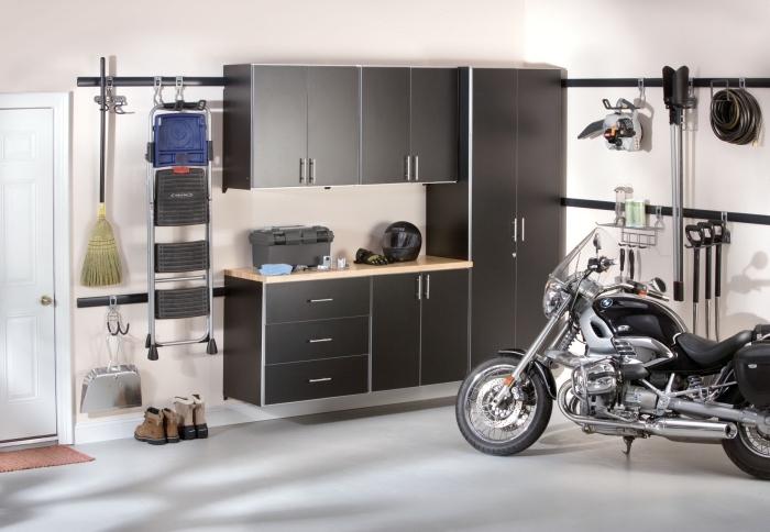 meuble de rangement garage fonctionnel, peinture murale nuance blanche, rénovation garage avec meubles modernes