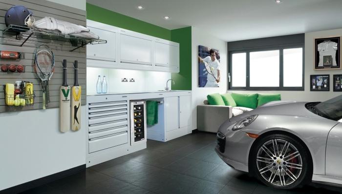 exemple amenagement garage moderne, modèle de garage rénové avec coin repos et meubles rangement outils