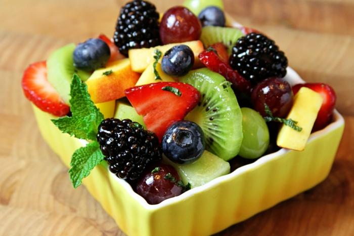 petit plat d'hiver avec fruits saisonnières et fruits réfrigérés, kiwi, fraises, myrtilles, baies bleues, pommes