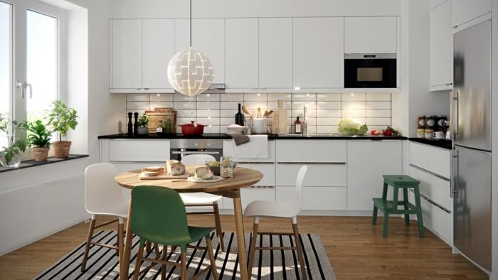 sol en bois, tapis rayé blanc, table en bois ronde, chaises scandinaves, frigo chromé, crédence de cuisine blanche