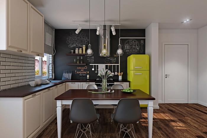 sol bois foncé, table en bois, pieds peints blancs, réfrigérateur jaune, lampes au plafond, tableau mémo, cuisine en L