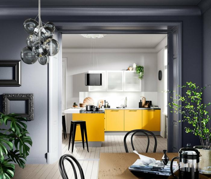 cuisine ouverte, murs gris, petite cuisine en l avec placards jaunes, sol en lattes blanches, arbrisseau vert