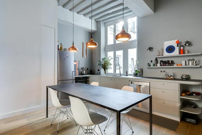 table noire rectangulaire, chaises scandinaves, lampes suspendues, étagères minimalistes, plafond suspendu