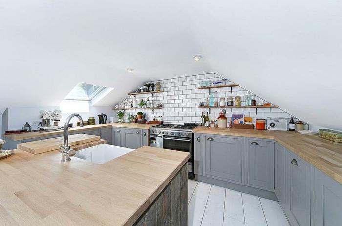 petite cuisine mansardée, ilot de cuisine en bois, planches blanches, briques métro, placards gris et bois