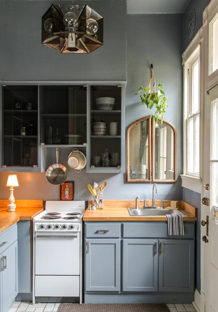 cuisine bleu, cuisine 6m2, placards bleu clair, petite cuisinière vintage, buffet vitré, miroir décoratif
