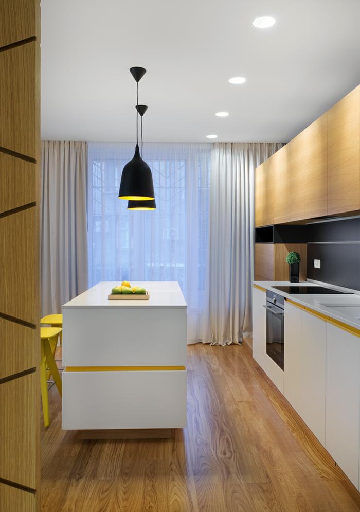cuisine bois et blanc, lampes noires suspendues, chaises de bar jaunes, rideau blanc, meubles de cuisine blancs
