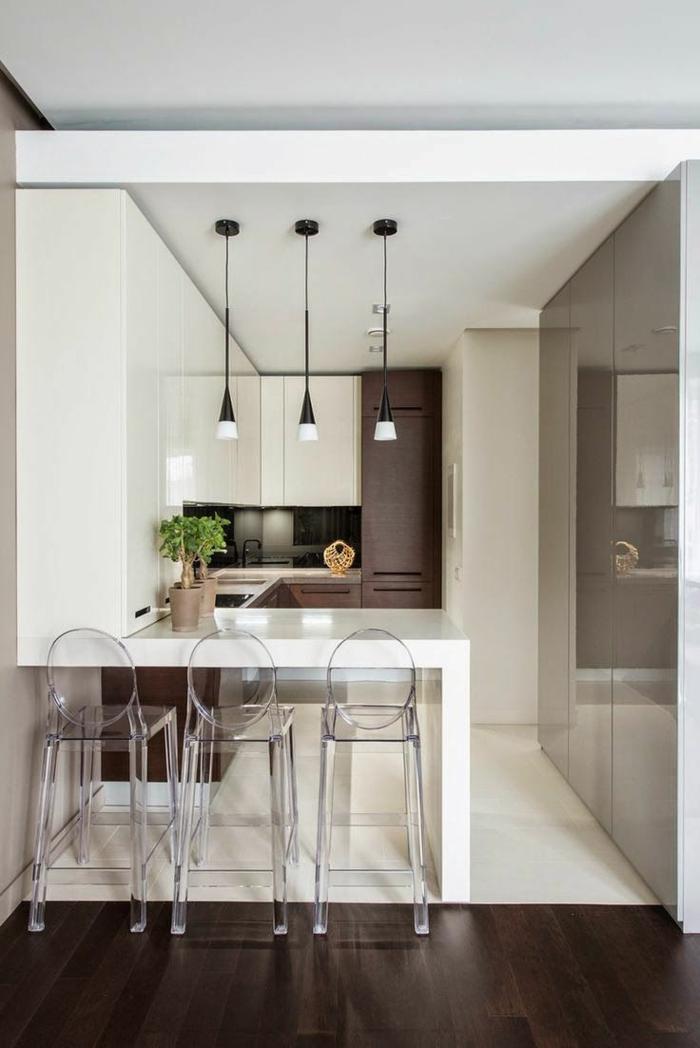 cuisine ikea blanche, chaises acryliques, ilot de cuisine blanc, cuisine 6m2, petites lampes pendantes