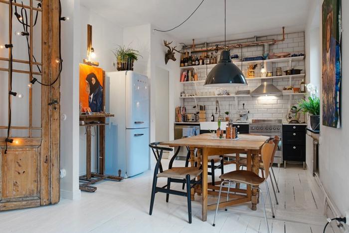 cuisine industrielle, chaises noires et bois, table en bois, lampe usine, étagères blanches, rangement apparent style industriel