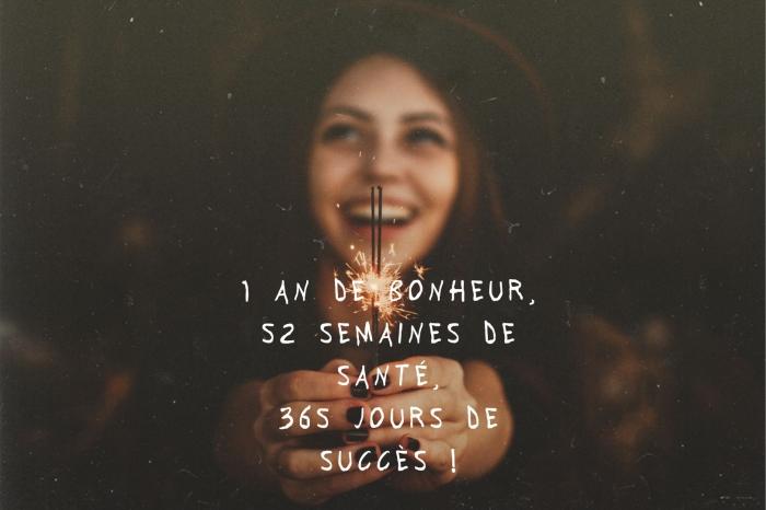 fond d'écran nouvel an avec souhait, idée message bonne année court, photographie fille souriante avec feu bengali