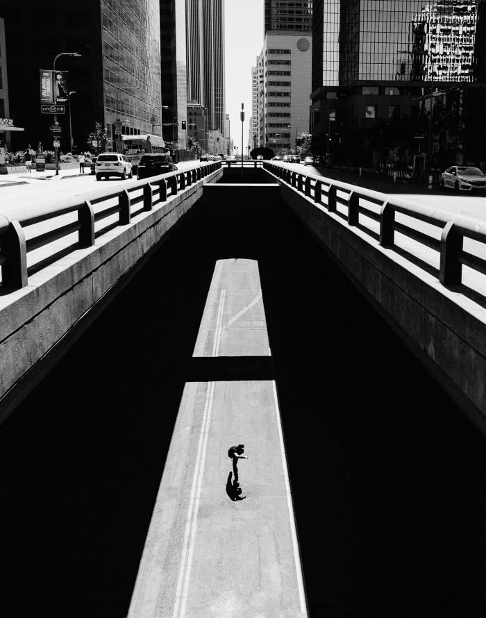 une photo noir et blanc femme dansant dans la rue, paysage urbain noir et blanc à los angeles