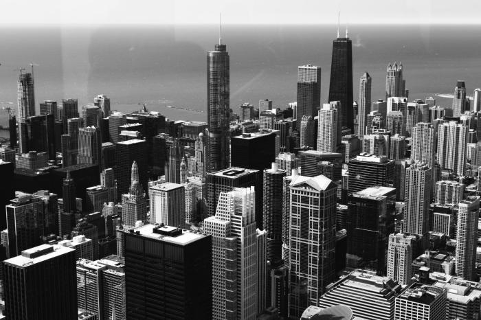 photo noir et blanc panoramique des gratte-ciel de chicaco aux états-unis, photographie monochrome de paysage urbain