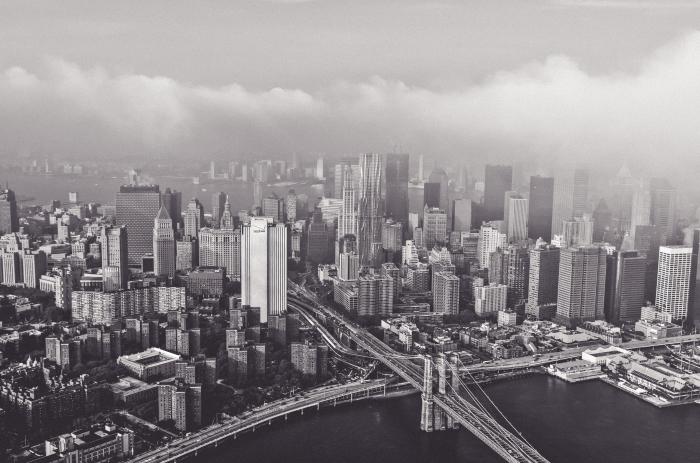 une vue panoramique sur new york sous la brume, photographie noir et blanc, paysage urbain monochrome de new york vu du ciel