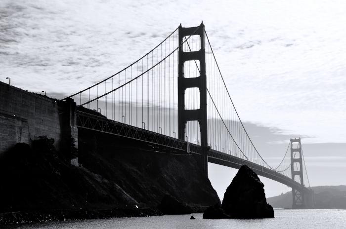 image noir et blanc vue panoramique sur le pont de golden gate à san francisco sous le ciel couvert de nuages