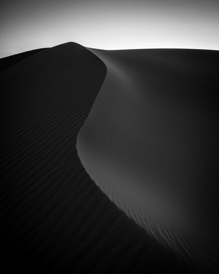belle image noir et blanc d'un graphisme impressionnant représentant l'immensité des dunes de sable