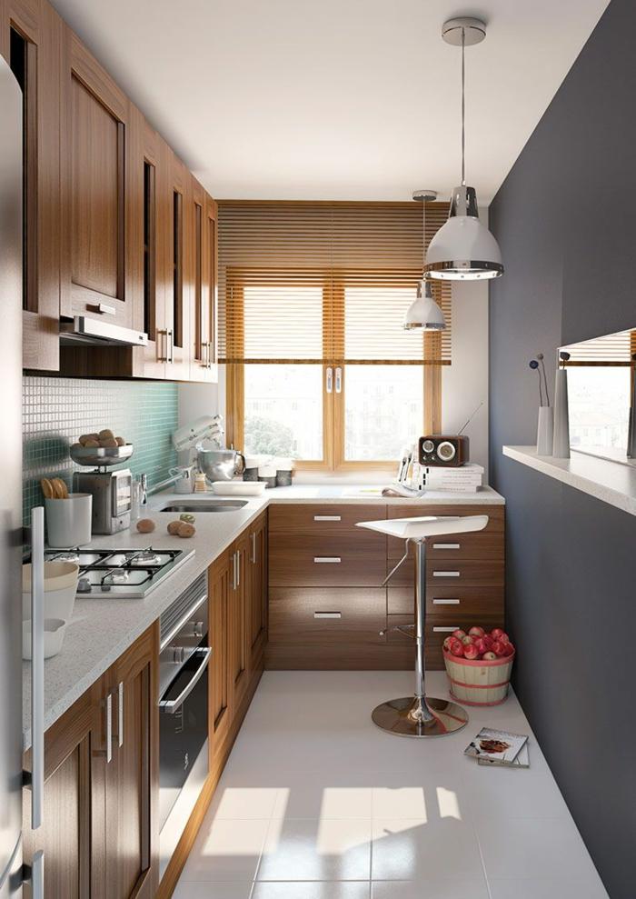 cuisine petit espace, tabouret de bar, panier rempli de fruits, comptoirs de cuisine blancs, placards suspendus