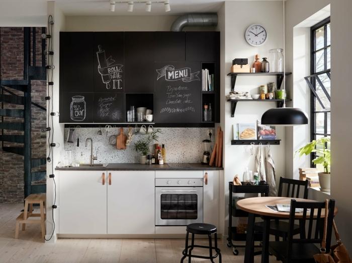 petite cuisine industrielle, table ronde en bois, chaises noires, étagères noires, fenêtre atelier, grand tableau mémo