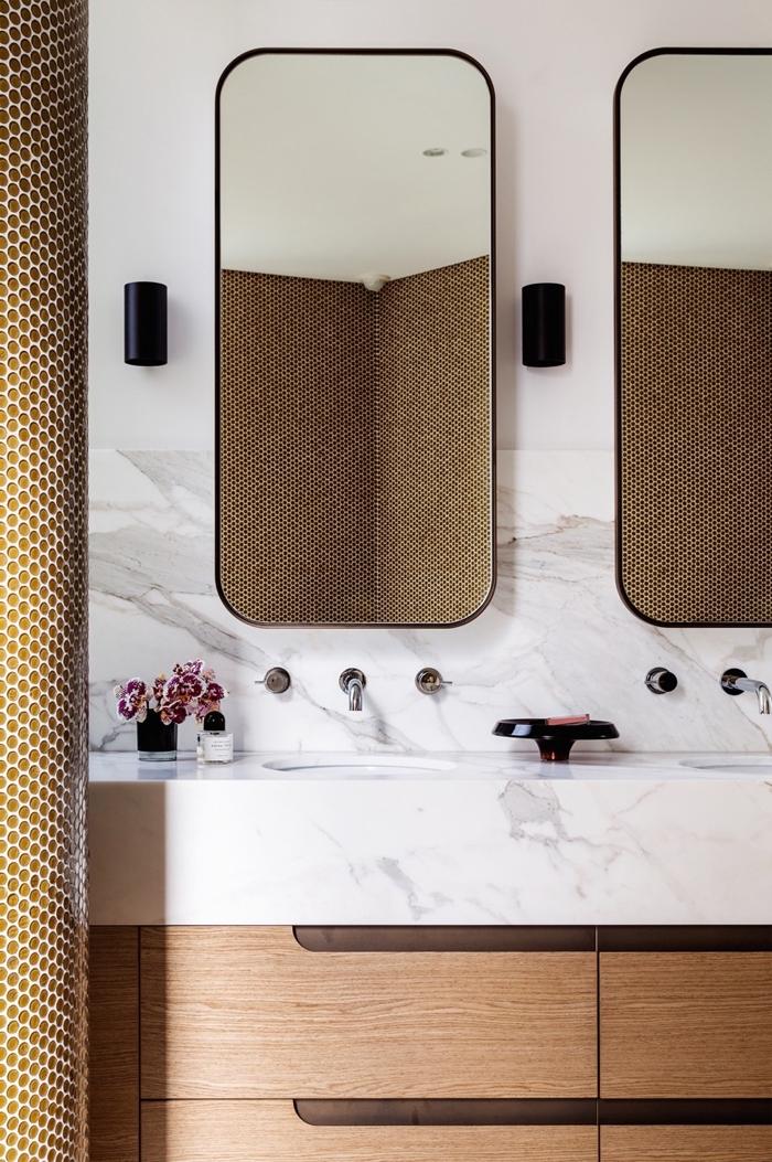 salle de bains élégante et contemporaine équipée d'un meuble sous vasque à finition bois avec plan vasque en marbre et crédence la même matériau