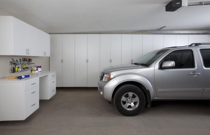 meuble de rangement garage de bois blanc, idée déco de garage avec emplacement voiture et meubles de rangement outils