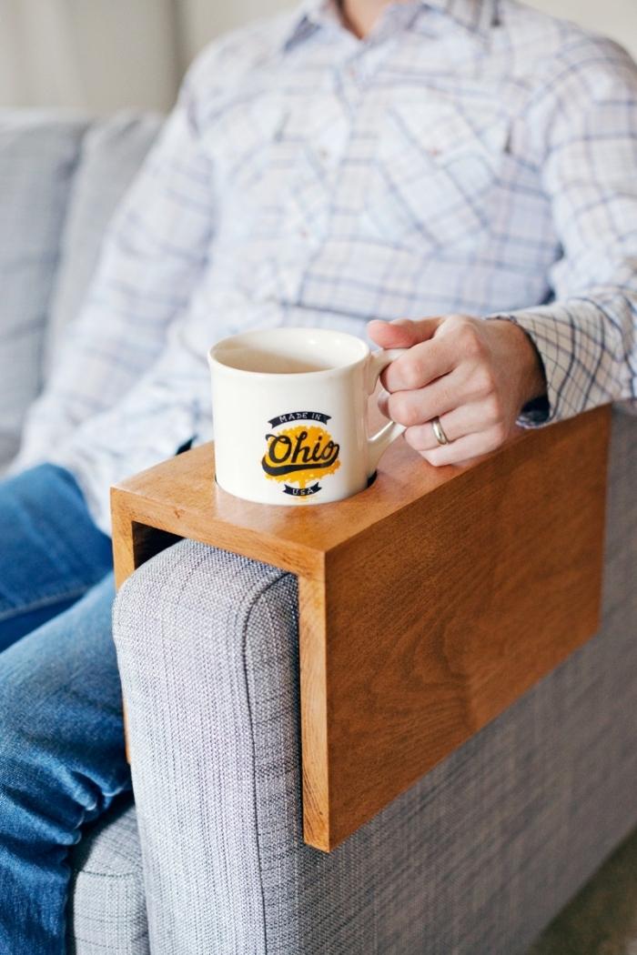 un plateau en bois à mettre sur l'accoudoir du canapé, avec espace pour une tasse à café, idée de cadeau insolite homme