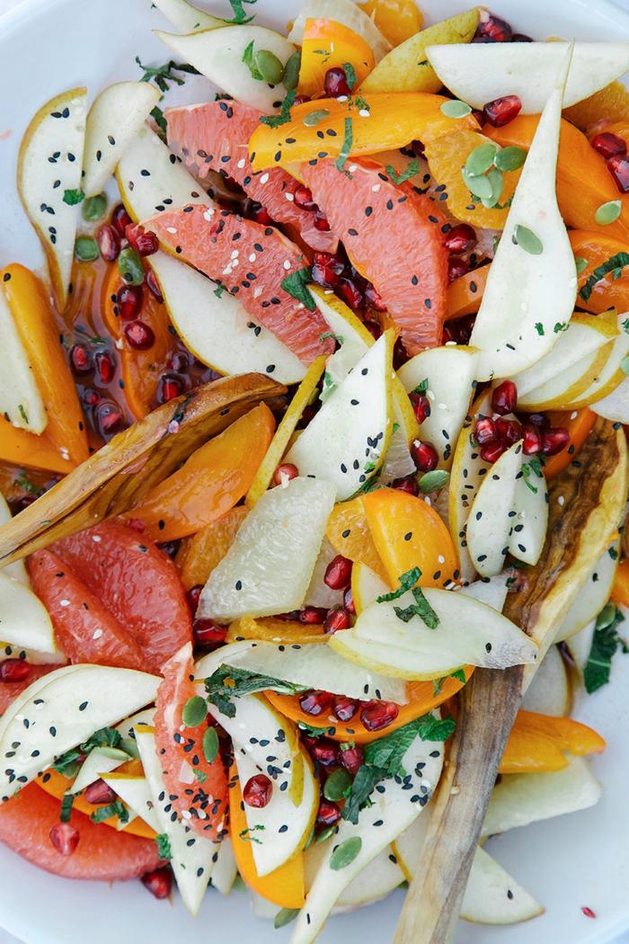 salade de fruits saisonnière, graines de pavot, agrumes, kaki, poire, herbes fraîches, salade de fruits maison