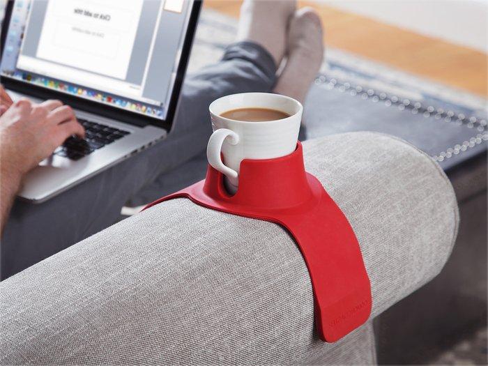 un porte-verre rouge fixé sur l accoudoir du canapé pour avoir sa tassa de café à portée de main, cadeau insolite homme