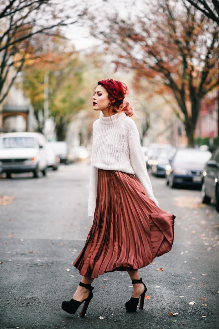 jupe plissée longue couleur terracotta, cheveux acajou, pull blanc, pull oversize pour femme
