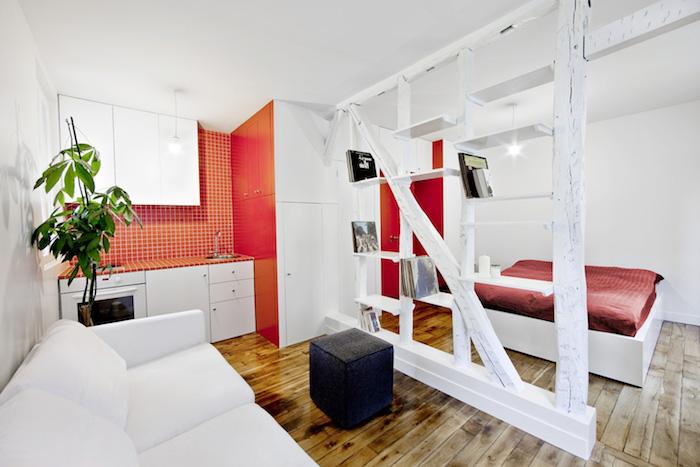 deco studio 20m2, separation bois poutres apparentes blanchies, lit rouge et blanc et cuisine ouverte rouge et blanc, canapé blanc