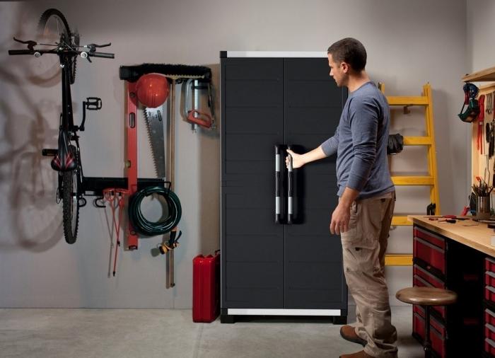 amenagement garage avec rangement mural, optimisation espace garage avec porte-vélo et bureau pour outils