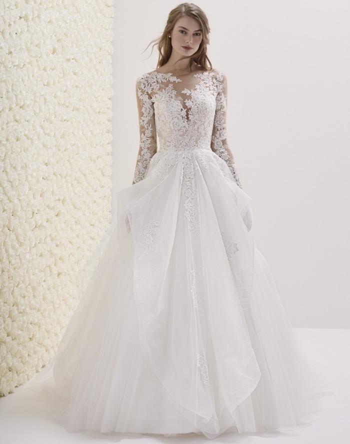 tendance couture nuptiale 2019, modèle de robe blanche à jupe princesse avec décolleté illusion et dentelle florale