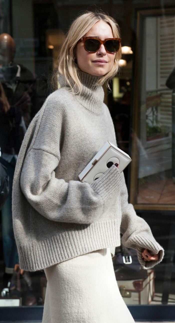 femme look street style, pull gris, jupe blanche, lunettes de soleil, sweat oversize femme