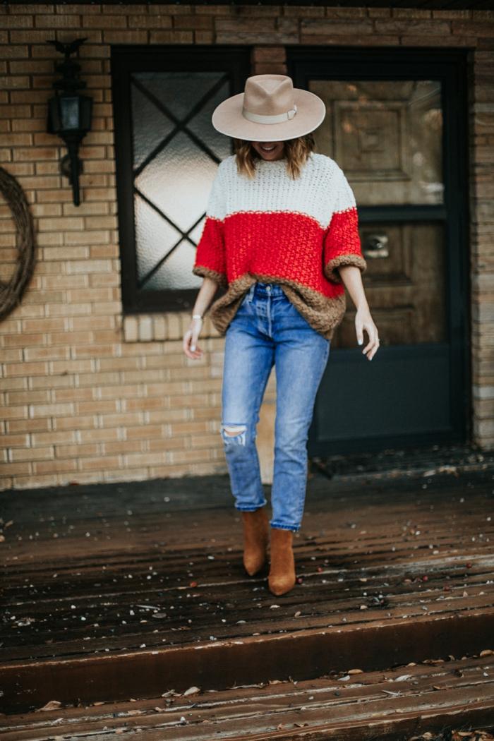 tenue western femme, pull tricolore, pull oversize pour femme, bottes en velours marron, chapeau écru, jeans déchirés