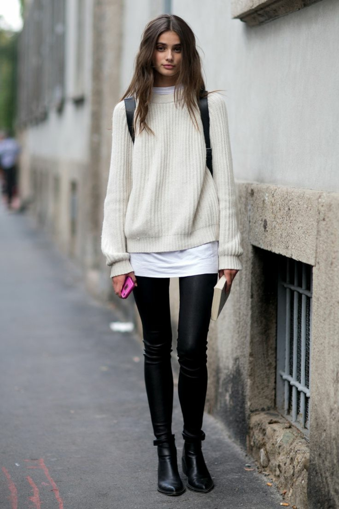 leggings noirs, pull blanc, bottines pointues, pull ample porté avec un slim en cuir noir